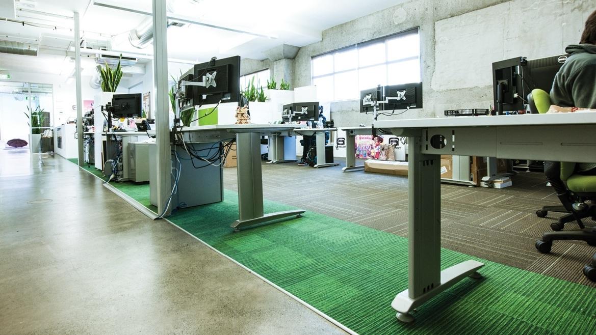 thảm trải sàn văn phòng được lót dưới bàn làm việc