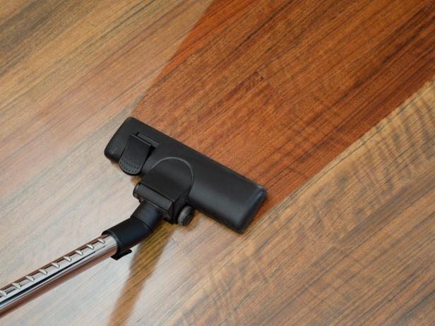 Cách vệ sinh sàn gỗ với nước lau sàn gỗ chuyên dụng